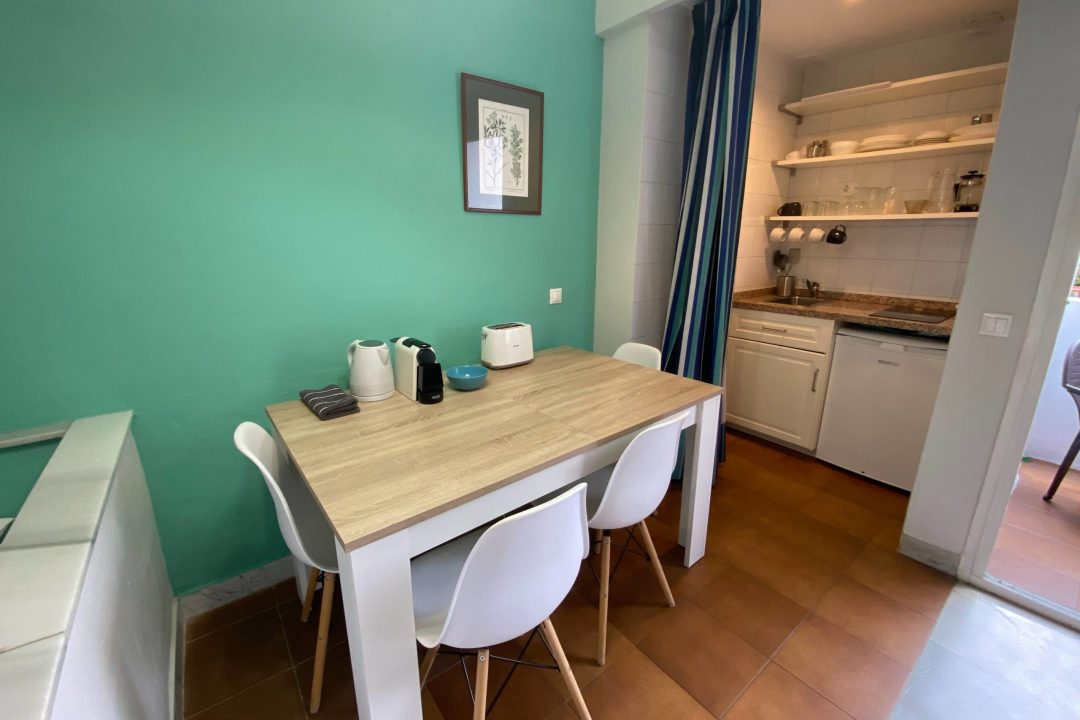 Kitchen/dining area in Apartment Puerto Banus Hotel PYR