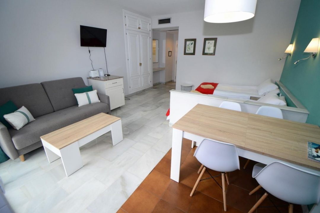Lounge/dining area in Apartment Puerto Banus Hotel PYR
