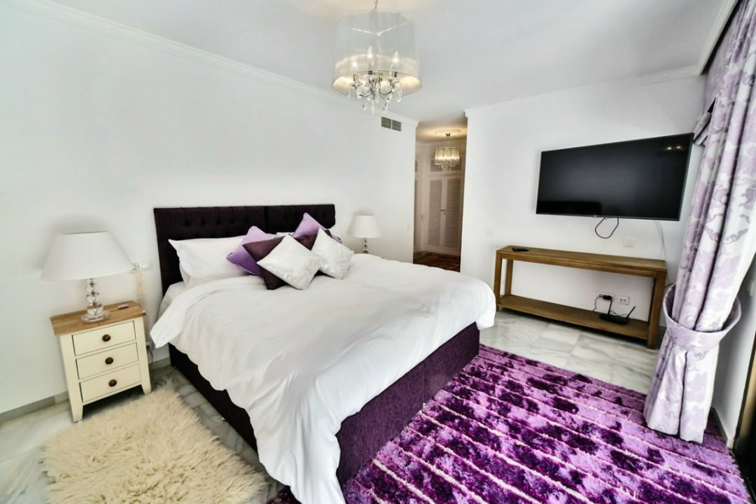Double bedroom with TV in Kings Hill, Marbella
