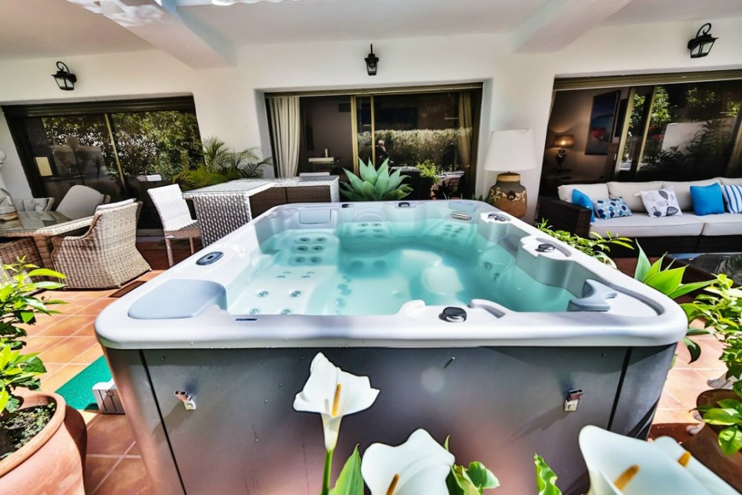 Outdoor hot tub in Kings Hill, Marbella