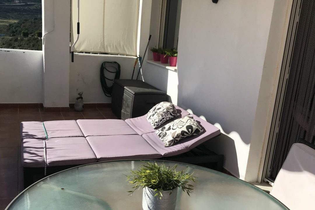 Outdoor terrace with sun loungers in Valle Romano, Estepona